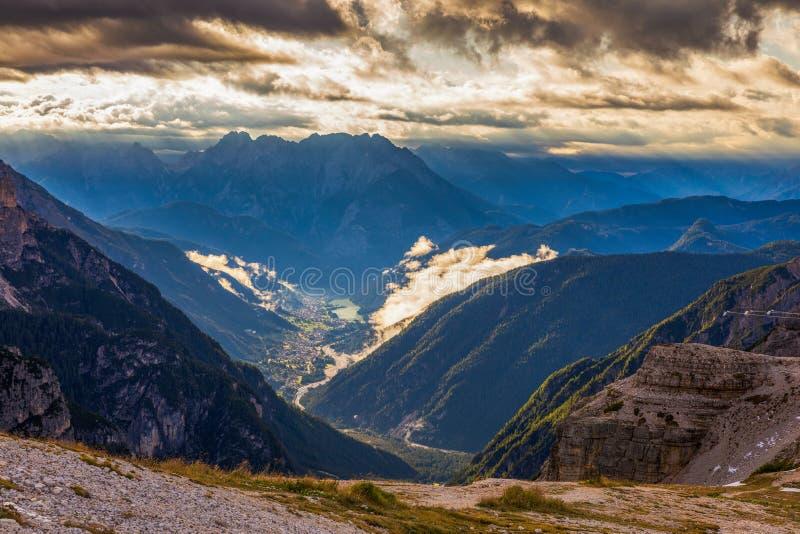 Panorama bonito da montanha em montanhas das dolomites por Tre Cime d fotos de stock royalty free