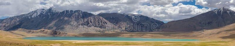 Panorama bonito da paisagem em torno do lago Tso de Kiagar em Ladakh, Índia fotografia de stock royalty free