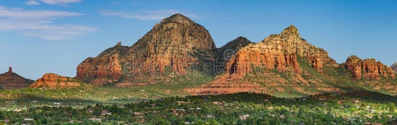 Panorama bonito de picos e de penhascos coloridos do arenito na luz do amanhecer sobre Sedona, o Arizona imagens de stock