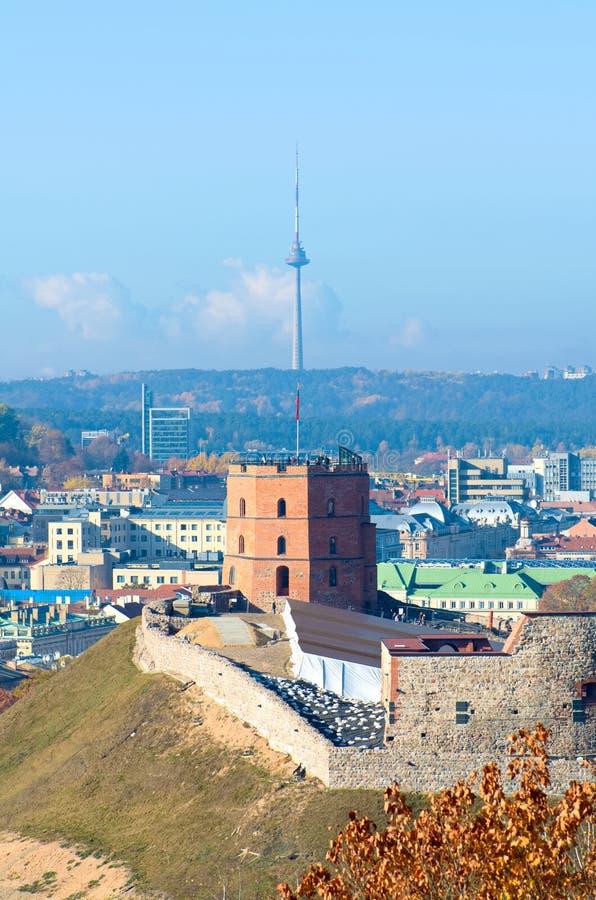 Panorama bonito de Vilnius, Lituânia, com castelo de Gediminas e torre da tevê imagem de stock