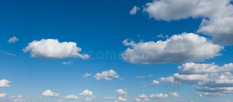 Panorama bonito do céu, céu azul e nuvens brancas imagens de stock