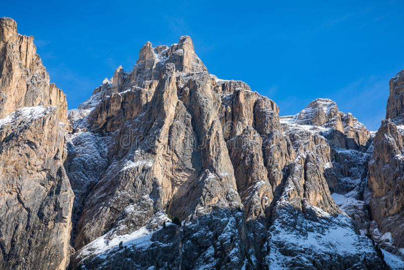 Panorama bonito do inverno com neve fresca do pó Paisagem com fotografia de stock royalty free