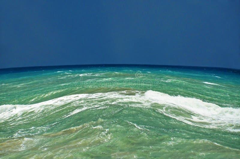 Panorama bonito do mar com ondas das elevações foto de stock