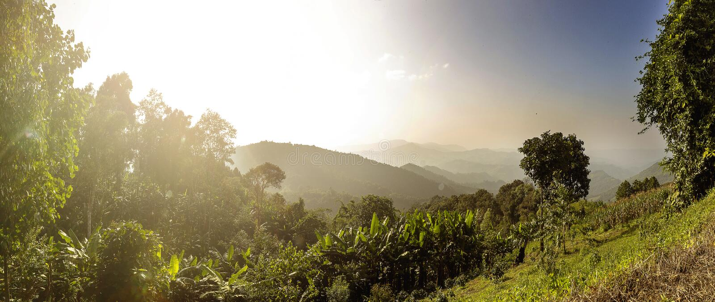 Panorama bonito do por do sol da montanha Sun bonito imagem de stock royalty free
