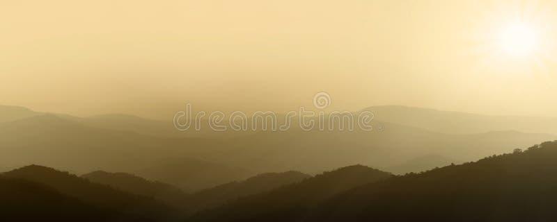 Panorama bonito do por do sol da montanha Sun bonito foto de stock royalty free