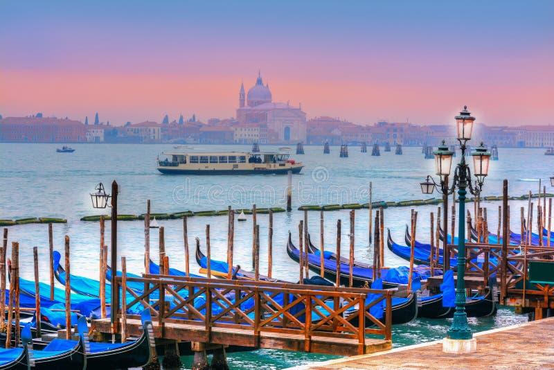 Panorama bonito sobre o canal de Veneza no por do sol foto de stock