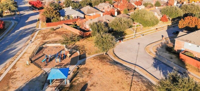 Panorama- bostads- lekplats för bästa sikt med den färgrika nedgångbetesmarken royaltyfri bild