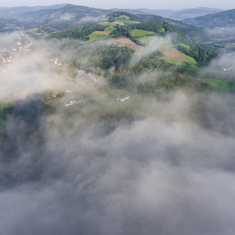 Panorama brumeux de paysage Lever de soleil rêveur fantastique sur le moun rocheux image libre de droits