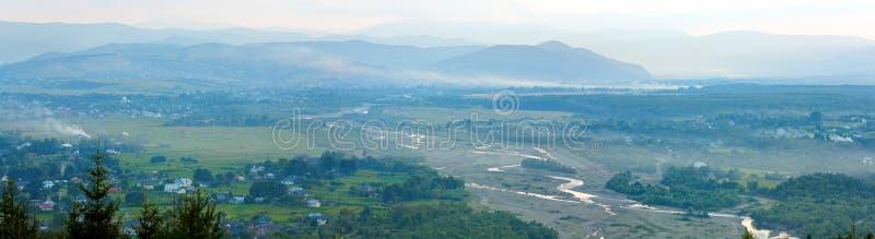 Panorama brumeux de village de montagne de matin d'été images stock
