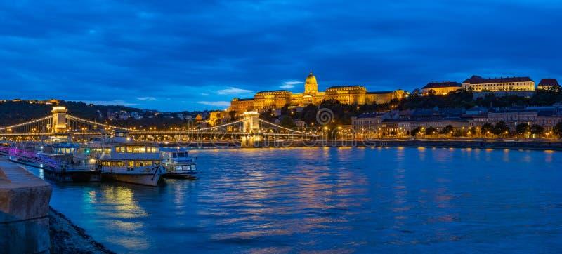 Panorama Budapest på natten arkivfoton