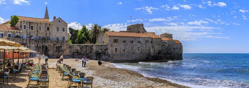 Panorama Budva Stara Grodzka cytadela i Adriatycki morze z plenerową kawiarnią na Richard s głowie wyrzucać na brzeg w Montenegro zdjęcia stock