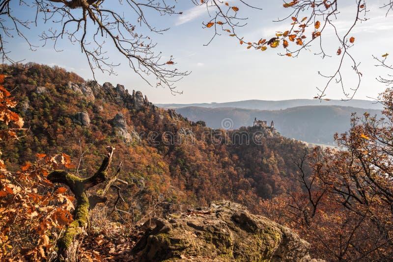 Panorama Burg Duernstein mit Herbstwald in Österreich stockfotos