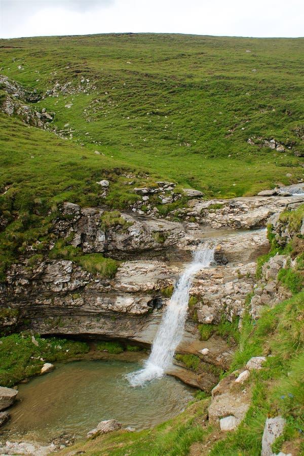 Panorama Cárpatos de la cascada de la montaña de Bucegi en Rumania foto de archivo libre de regalías