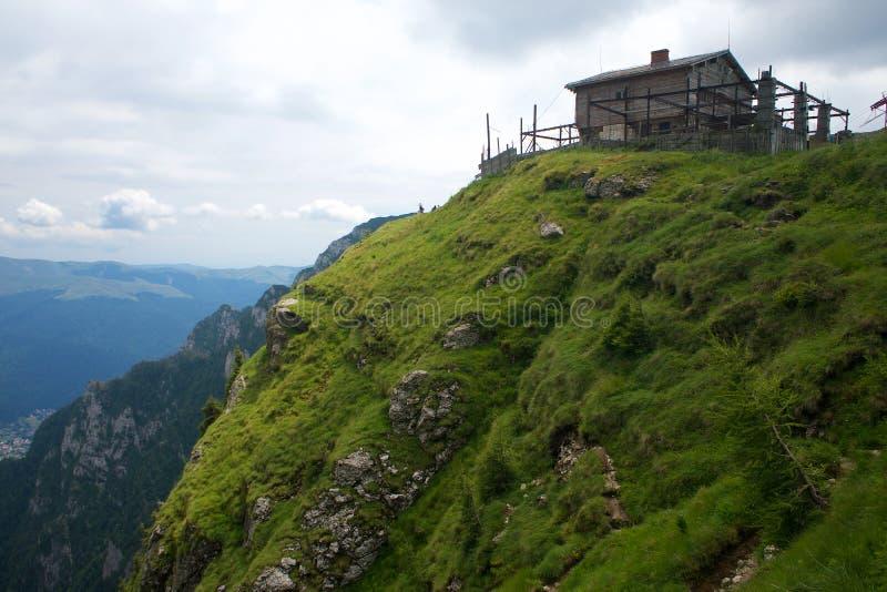 Panorama Cárpatos de la choza de la montaña de Bucegi en Rumania foto de archivo