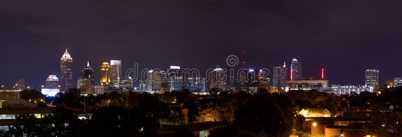 Panorama céntrico de Atlanta en la noche imagenes de archivo