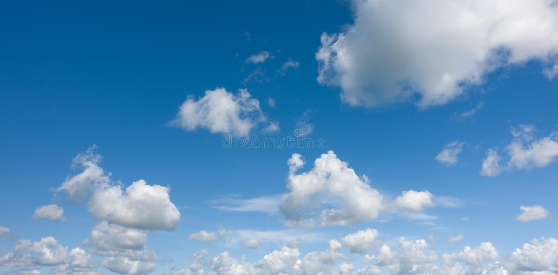 Panorama, céu azul do ight bonito com nuvens imagens de stock royalty free