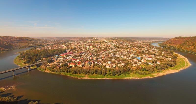 Panorama cênico da cidade de Zalishchyky e do rio de Dniester Vista do ponto de vista na vila de Khreshchatyk, região de Ternopil foto de stock