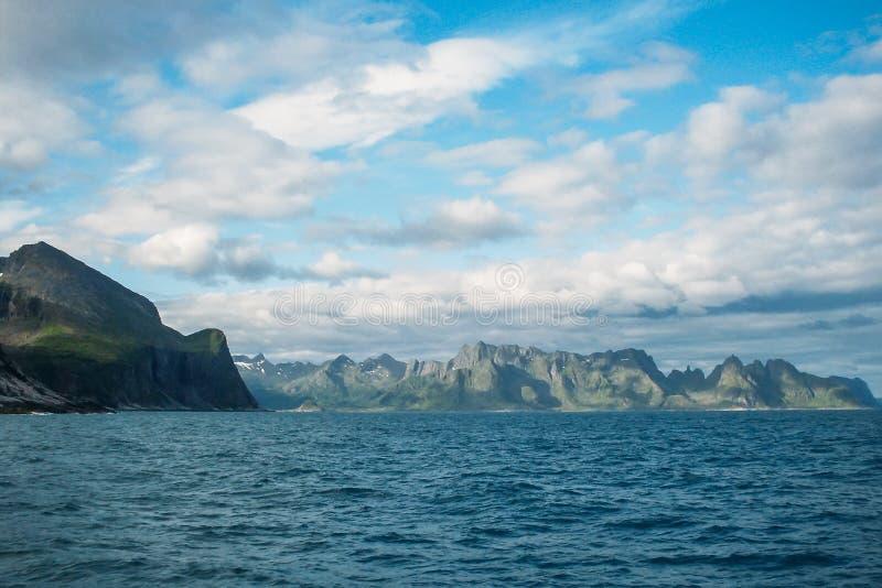 Panorama cênico da paisagem da montanha, vista do mar, ilhas de Lofoten imagens de stock
