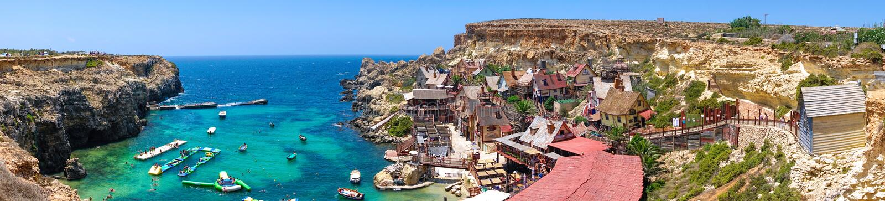 Panorama cênico da vila de Popeye em Malta foto de stock