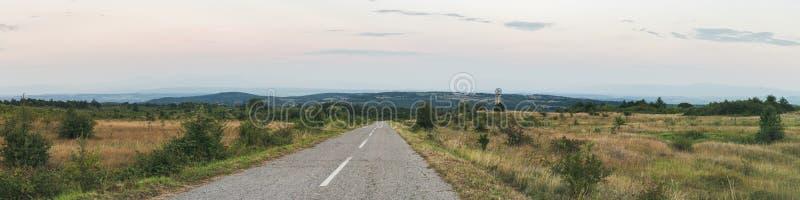 Panorama cênico largo da estrada rural imagens de stock