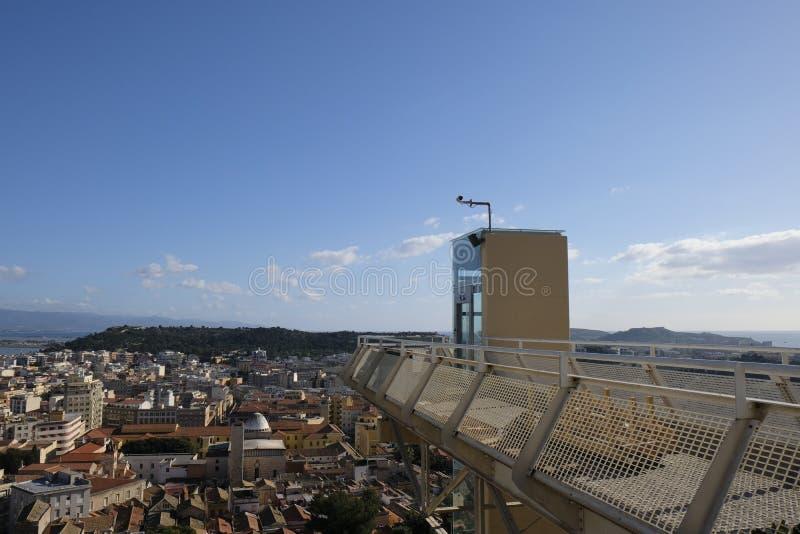 Panorama Cagliari z nowo?ytnym d?wigni?ciem lub wind? Sardinia - Przegl?da od castello starego miasto - obrazy stock
