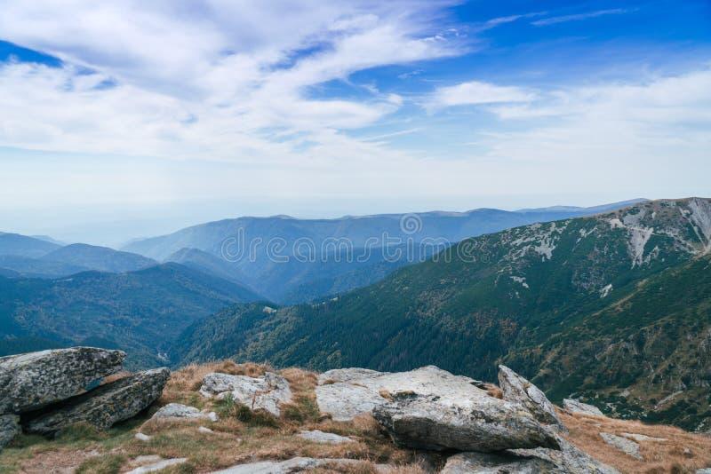 Panorama Carpathians góry i sławna Transalpina droga Romania's sceniczne przejażdżki Transalpina, wspina się wierzchołek a obraz royalty free
