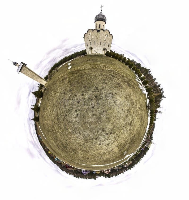 Panorama circular da igreja ortodoxa em Rússia central na primavera imagens de stock