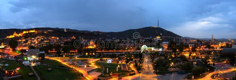 Panorama- cityscape av den georgiska huvudgamla staden, Tbilisi royaltyfri fotografi