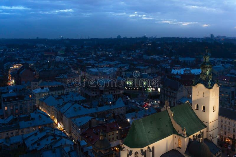 Panorama- cityscapeskymningsikt på tak, mitt och kupoler av den Lviv staden, Ukraina fotografering för bildbyråer