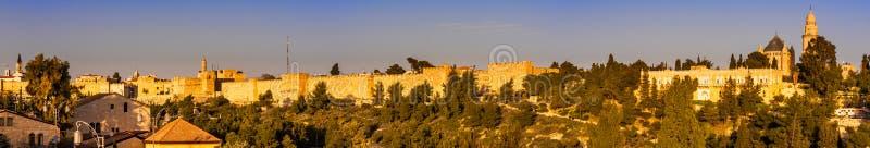 Panorama - ciudad vieja en la noche, Jerusalén Iluminado, histórico foto de archivo libre de regalías