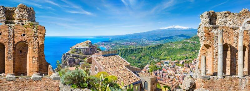 Panorama- collage med gammalgrekiskateatern och kyrkan av madonnadellaen Rocca i Taormina, Sicilien, Italien royaltyfria bilder