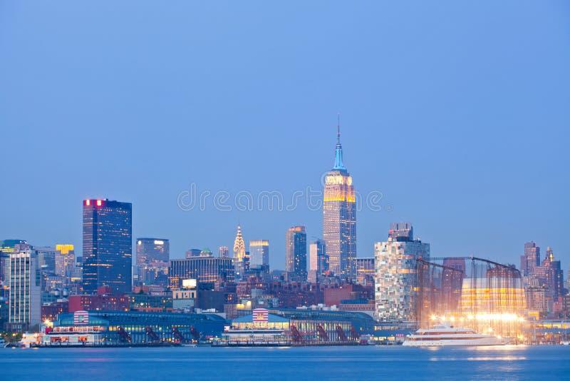 Panorama coloré d'horizon de nuit de New York City, Etats-Unis photos stock
