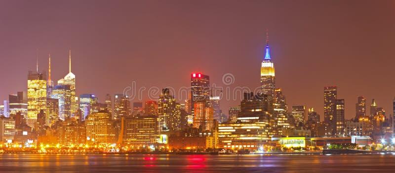 Panorama coloré d'horizon de nuit de New York City, Etats-Unis images libres de droits
