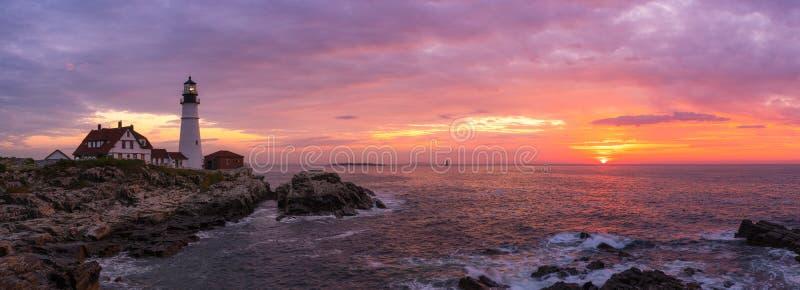 Panorama colorido do nascer do sol do farol da cabeça de Portland imagens de stock royalty free