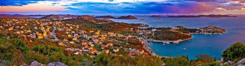 Panorama colorido surpreendente do por do sol do arquipélago de Pakostane imagem de stock