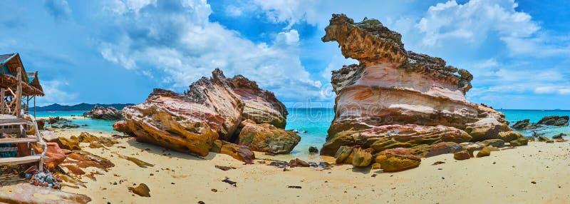 Panorama com as rochas resistidas da ilha de Khai Nai, Phuket, Tailândia imagem de stock