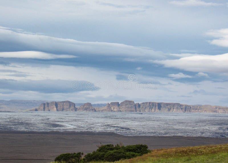 Panorama com cordilheira, língua da geleira da geleira de Vatnajokull e vegetação verde, Islândia sul imagens de stock