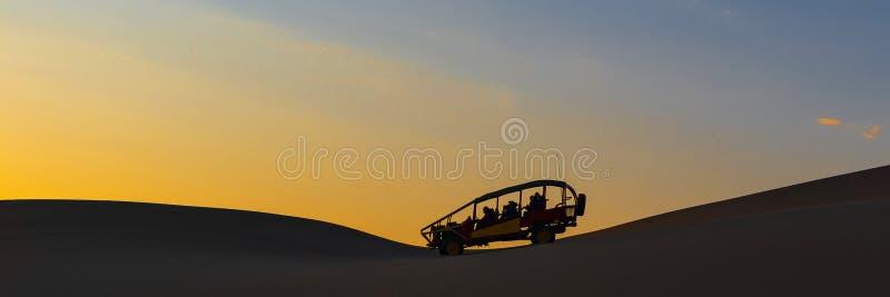 Panorama com erros do deserto no por do sol, AIC, Peru imagens de stock