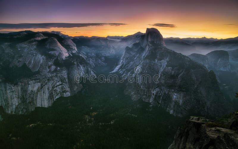 Panorama com o meio vale da abóbada e do Yosemite e a névoa da manhã em walleys e em montes durante a manhã no parque nacional de fotografia de stock royalty free