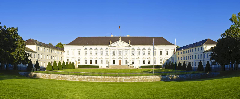 Panorama com o palácio de Bellevue em Berlim imagens de stock