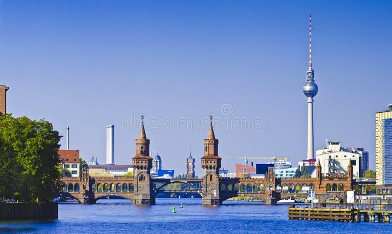 Panorama com oberbaumbruecke em Berlim imagens de stock