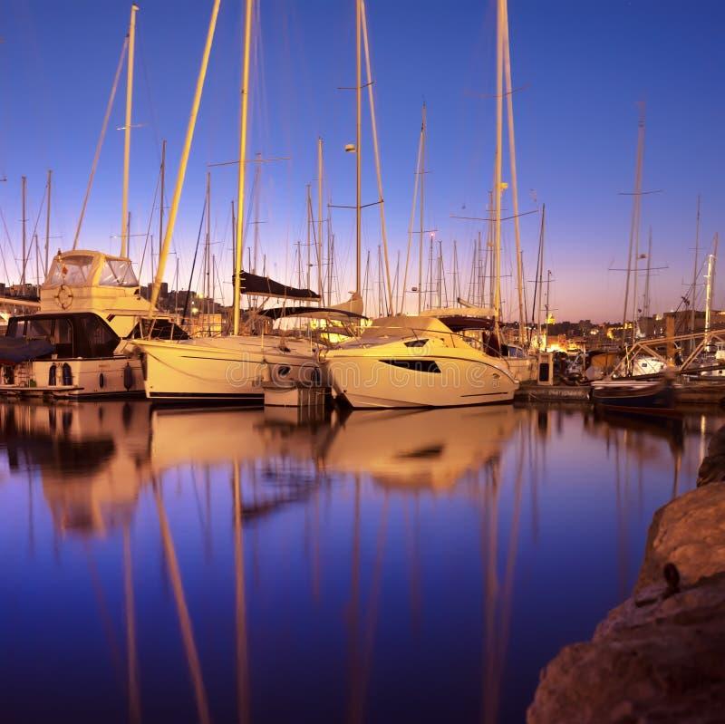 Panorama com os barcos de navigação no porto de Senglea na baía grande, lavadeira imagens de stock