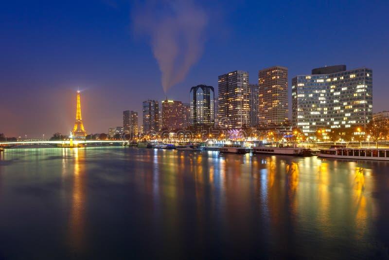 Panorama com a torre Eiffel na noite, Paris França fotografia de stock royalty free