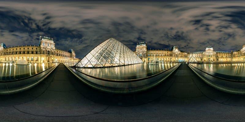 panorama completo de 360 grados del museo en la noche, París del Louvre foto de archivo