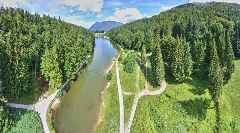 Panorama composto do rio, perto de Garmisch-Partenkirchen, com morros arborizados ao lado do lago fotos de stock royalty free