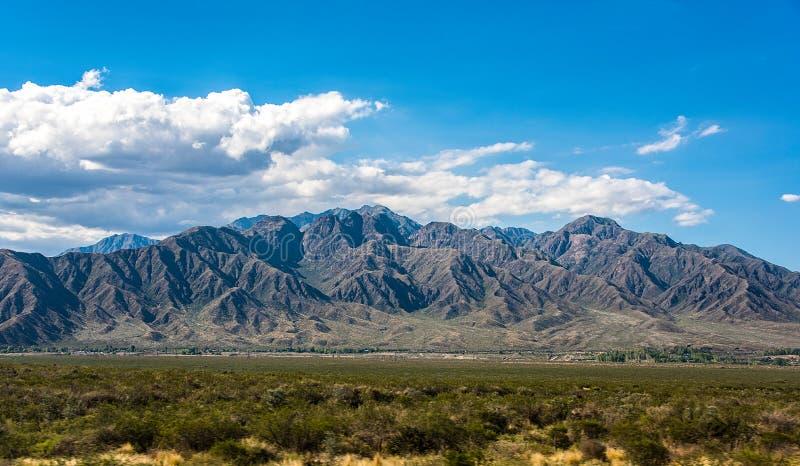 Panorama con el macizo de la montaña en el lado de Argentina de los Andes hacia Mendoza imagenes de archivo