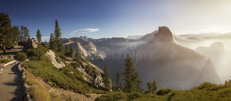 Panorama con el medio valle de la bóveda y de Yosemite y la niebla de la mañana en walleys y colinas durante mañana en el parque  fotos de archivo libres de regalías