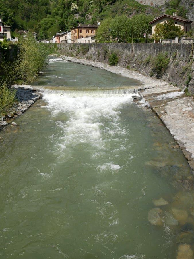 Panorama con el río de la montaña fotografía de archivo