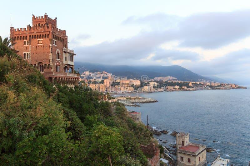 Panorama con il castello di Boccadasse, la costa ed il mar Mediterraneo, Genova fotografie stock libere da diritti