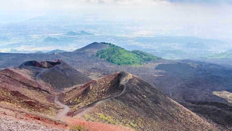 Panorama con il pendio vulcanico dell'Etna immagini stock